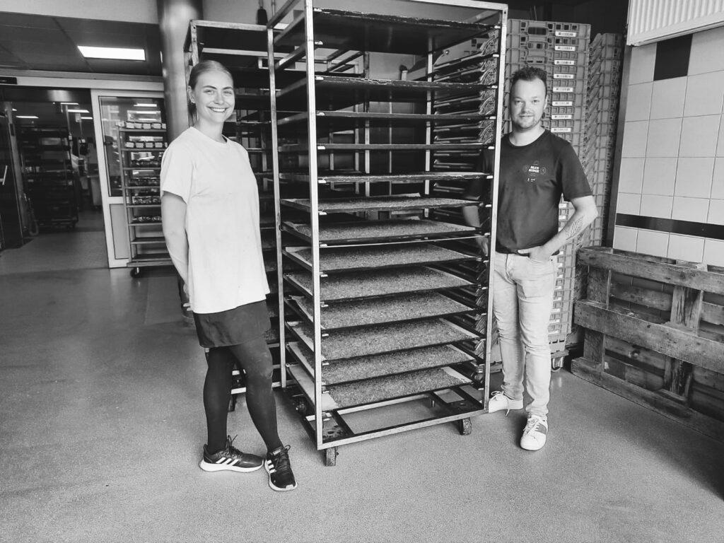 Claudia Sosniecka en Laurens Weigand in de bakkerij van Echte Bakker Herman Schepers in Sleen. ©2020 SleenWeb
